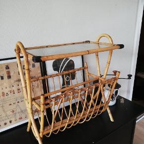 Bambus bord med magasinholder. Højde 51 cm, længde 49 cm og dybde 28 cm