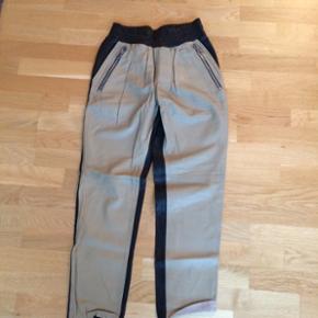 Super fede Raiine skind bukser. Aldrig brugt. Beige foran og sort bagpå. Str Small.