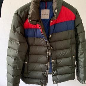 Sindsygt lækker Moncler Breval jakke, man ikke lige ser hver dag. Jakken er en str 2 og og jeg er 184. Der er ingen flaws på jakken, og den er i god stand.  Har alle tags. Skriv for mere info eller billeder