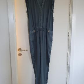 Smuk buksedragt! Lidt fnuller på en del af stoffet, som vist på billedet
