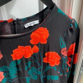 Smuk Ganni kjole med blomster.  Navn på kjolen: newman georgette flower  Fejler intet, er super flot!    Køber betaler selv fragt, ellers kan varen afhentes på Frederiksberg C - tæt ved Forum st. og søerne.  Har over 90 ting til salg, så tjek mine andre annoncer ud😍 Tilbyder for det meste mængderabat!
