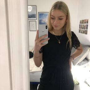 Super flot buksedragt fra Vero Moda i en størrelse S, aldrig brugt🤩 Bare kom med et bud  #30dayssellout  * Blondetøj blondeærmer sort blonde buksedragt