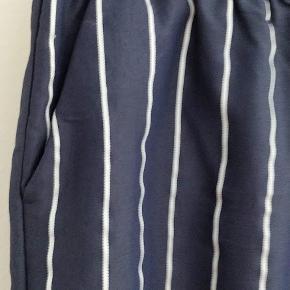 super flot bukser, har lommer på sider, elastik i taljen, brugt kun en gang. blå/ hvide striber, længden-100 mp-400