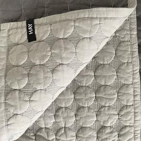 Hay dot sengetæppe sælges størrelse 125X175 vasket inden salg, fint og velholdt