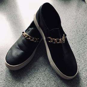 H&M loafers med guldfarvet kæde foran.  Behagelige at gå i.  Str 37 Standen er god men de er brugt. De kan afhentes i Valby. Ønsker ikke at bytte.