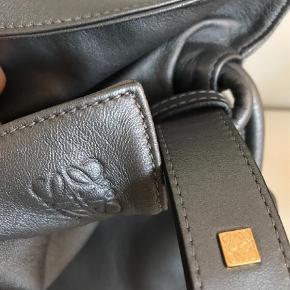Varetype: flamingo knot bag / taske  Størrelse: Medium Farve: Sølv  De sidste to billeder er modelbilleder. Min taske er grå mat sølv  Original dustbag medfølger. De sidste 4 billeder er af min taske. Limited edition i mat sølv. Super smuk 😀      Bytter ikke, sælger kun på grund af pladsmangel. Har desværre alt for mange tasker  Lidt svær at måle på grund af formen,   H 30 B 28 D 12