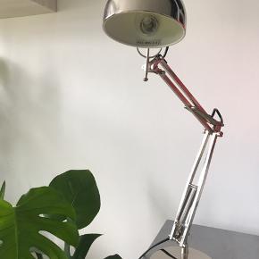 Fed kontor/skrivebordlampe. Har bare stået på gulvet i årenes køb så ingen skrammer eller lign.  Giver et rigtig godt spotlight og har et retro look!