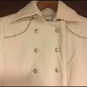 Helt ny frakke med dejligt for. Der står ikke størrelse i den, men den svarer til en small. Aldrig brugt.  Den er i Blovstrød på Nordsjælland.  Se også mine mange andre annoncer med mærkevarer, vintage og meget andet godt til gode priser. Der er særligt gode rabatter, hvis du køber flere ting :)  Farve: Hvid Str.: S