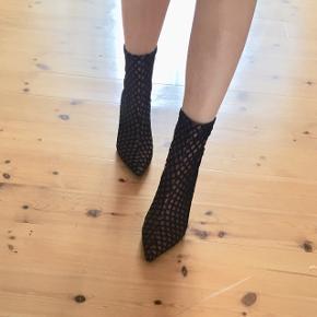 Sælger mine elskede støvler fra Zara - str 35.- kun gået i 1 aften, men en anelse slid på hælen (ikke noget man lægger mærke til når man har dem på)   Hentes på Vesterbro i Aalborg eller sendes på købers regning med dao (ca 34 kr)