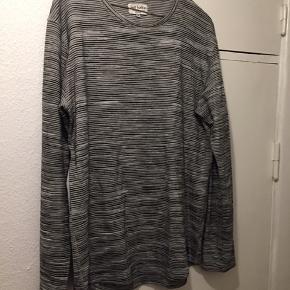 Sælger min trøje, da jeg ikke bruger den. Trøjen er i perfekt stand og fejler intet.  Prisen kan forhandles.  Skriv/ring hvis du har spørgsmål, eller hvis du vil bede om flere billeder.