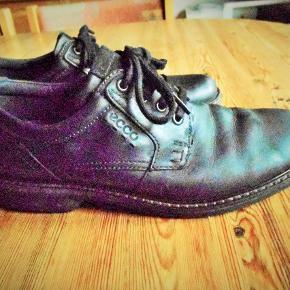Brand :ECCO  Varetype: Sko Farve: Sort  Pæne sorte Ecco sko  Læder. Sender med DAO uden omdeling, fremme på 2 - 4 dage TS pay eller mobil pay Bytter ikke