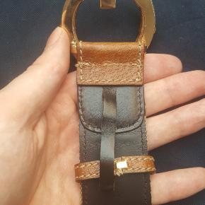 authentic GUCCI Monogram Bamboo G Belt str 105-42 This super-chic Gucci GG monogram belt is crafted on an interior of leather with a frontal outer end of leather and a very stylish bamboo and brass Gucci buckle. This is a marvelous belt with a one of a kind  Designer ID#: 138456-1476-105-42  Super fint bælte der kan anvendes til herre samt kvinder. Kun bælte med. Er ægte. Ingen kvittering da stilen er fra 2008. Måler 105 cm fra midterste hul