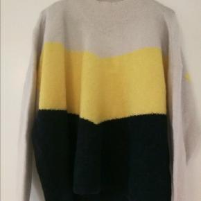 Dejlig trøje af blød uld - Aldrig brugt. .  Størrelse: XS, men meget stor i det.  Nypris: 1000, - Sælges for 275,- (+ porto)