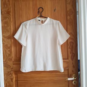 Top fra Zara Basics med høj hals to knapper i nakken  Super fin med en blonde bh indenunder 👸