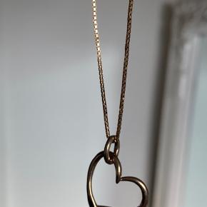 Halskæde, God, men brugt. Aarhus - Guldhalskæde med hjerteveshæng i 333, 8 karat guld.. Halskæde, Aarhus. God, men brugt, Brugt en periode og har derfor mindre tegn på brug