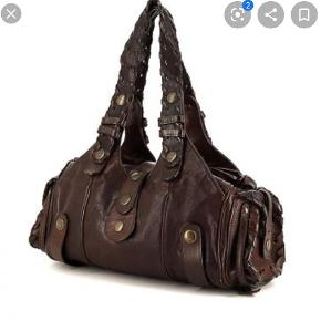 Chloé Silverado taske i mørkebrun læder  Har en vandskade i den ene side (se billede). Det er mere tydeligt på billedet end i virkeligheden og vil evt. kunne udbedres hos lædermand. Fejler udover dette ingenting  Alle bud overvejes, sælges billigt pga skader  Har ikke kvittering eller dustbag desværre, men står 100% inde for ægtheden. Har billede af serienr.