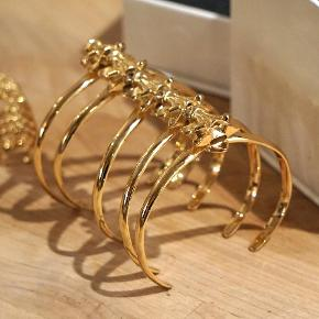 """Smykkesæt fra Supertrash (ring og armbånd). De er brugt få gange, og fremstår som nye.  Ringen er i str. S. Armbånd er """"no size"""" og kan justeres.     Sælges for 250 kr. inkl. porto. (track and trace)  Bytter ikke.  Købspris for sættet var 650 kr."""