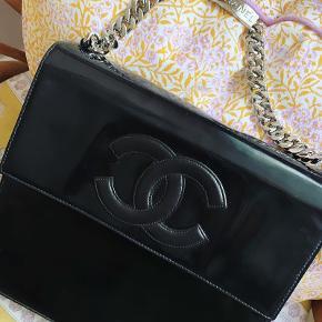 """Smuk og unik chanel i lak med jumbo logo og sølv hardware.  Authenticity Kort, serie nummer og bog medfølger. Den er brugt og har ridser på lakken, derfor den """"lave"""" pris.  Sådan en taske koster 15.000kr brugt.  B: 26  x H  22  x D  8   Pris 7500kr"""