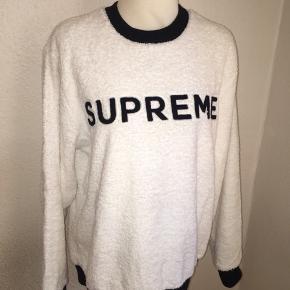 Hvid supreme sweatshirt i fluffy/teddy agtigt stof med sort logo på. Størrelse large