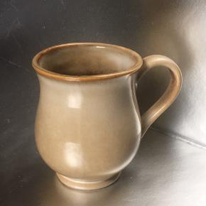 Fin keramikkop med engelsk får-motiv.  Koppen har både mat og shine glasur.  Farven er mørkere indeni og i bunden af koppen.   Mål: Diameter i top 8 cm Højde med fod 10,5 cm.  ☕️☕️☕️🐑🐑🐑 Ingen tydelige brugsspor.  Kan afhentes i Vigerslev/Valby eller sendes.