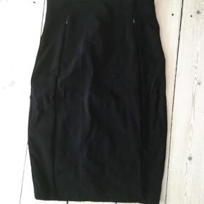 Super fin højtaljet nederdel.  Mål: Længde: 62,5cm. Talje: 33-34cm. Bredeste sted: 43-44cm. Godt med stræk i stoffet.  Desværre købt for stor herinde.
