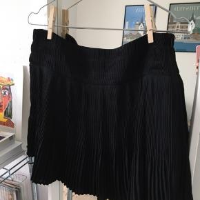 Smuk nederdel fra envii. Falder SÅ flot på kroppen og er dejlig let at have på!