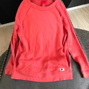 Varetype: Andet Farve: Røde  Fed Nike bluse med lommer den har været på 2 gange den er rød/orange