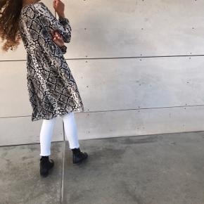 SÆLGER HELE SÆTTET 💖💗  - hvide jeans fra Zara, str s 💗💖 — MP 100kr  - smuk slange printet kjole/tunika fra Zara 💖💗 str s — MP 150kr SOLGT