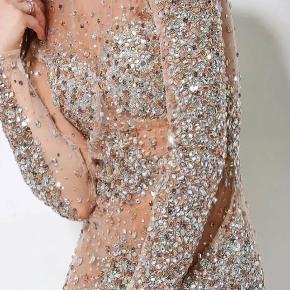 Absolut lækreste kjole nogensinde fra Jovani! Valg mellem sort og nude. Har flere størrelser. Da kjolen er meget eftertragt kan nogle str. være udsolgt hurtigt. Den perfekte kjole til julefrokosten eller nytårsaften. Leveringstiden 2-3 uger, så bestil nu og får kjolen inden jul!