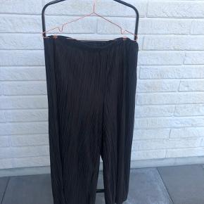 Meget løstsiddende bukser med meget vidde i benene. De er med elastik i taljen, og kan udvide sig en del ✨