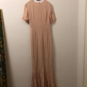 Lang kjole i sart lyserød farve. Sidder stramt, rund hals, korte ærmer og flot slæb bagpå. Fejler intet. Brugt en gang. Skal stryges 😊