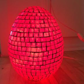 Kategori: Mosaik lampe som skaber en rigtig hyggelig stemning  Farve: Rød mosaik indfattet i mørkegrå bund  Materiale: Mosaik  Mål: ca. 27 cm høj og 18 cm bred  Vægt: 2.240 kg  Andet:  Flot enkelt, elegant og tidløst design. 220-240V, ledning på ca. 140 cm med afbryder. Maks. 60W, fatning og pære medfølger.  Oplysninger: Jeg garanterer ikke for farvegengivelser, da det let kan variere fra skærm til skærm. Der er foto af lampen tændt og slukket, plus ude og inde.  Pris: Prisen er ikke til forhandling, ligesom der ikke indgås byttehandler.  Betaling og forsendelse: Jeg sender næsten alt med DAO via Tradono, pris ca. 45 kr.  Afhentning: Du er velkommen til selv at afhente i Risskov, Aarhus. Husk dit køb er først gældende ved forudbetaling via MobilePay.  #tilsalg #sælges #lampe #lys #rødlampe #mosaiklampe