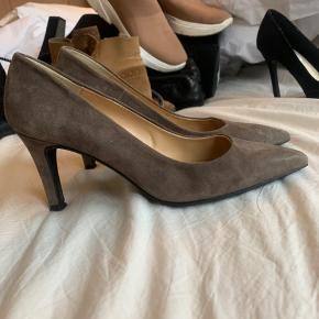Smukkeste pavement heels i farven taupe. Nypris 900,-  Passer til ALT.  Brugt en gang eller to.