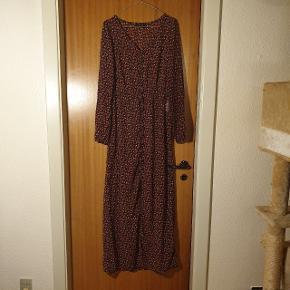Det gør ondt i hjertet, at jeg må sælge denne smukke kjole. Der er knapper hele vejen ned, så man kan også bruge den åben. Str. XS, i super stand. Nødvendigt med en kjole/andet indenunder, da den er lidt gennemsigtig.
