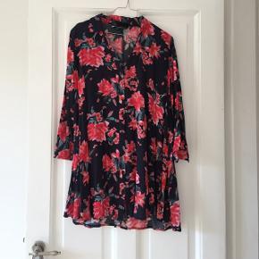 Fin blomstret skjorte fra Zara :-) Bytter ikke - smid et bud :-)