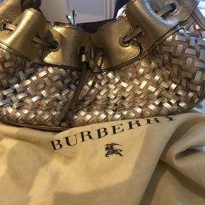 Super fed Burberry taske, flettet 3 rum deling købt i Barcelona  Alt medfølger. Sælges billig D