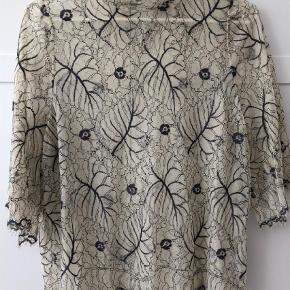 Varetype: Bluse Farve: Grålig Oprindelig købspris: 800 kr.  Smukkeste blondetop med gråligt mønster.