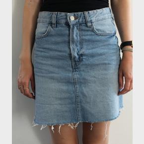 Sælger denne fine denim nederdel fra H&M.   Nederdelen er i størrelse 36/small og måler 41 cm i længden. Aldrig brugt, dog vasket.