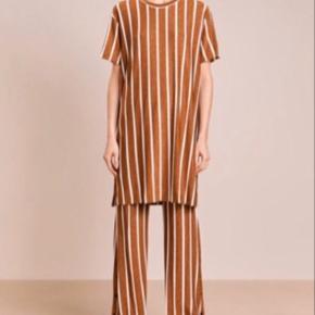Malene Birger Adonna bukser str XS, men passer fra XS-M da der er meget stræk i. De er oversize i modellen (altså så de går udover skoen hvis man har helt flade sko på) - jeg er 167, så hvis man er højere end det passer de perfekt ned til gulvet.