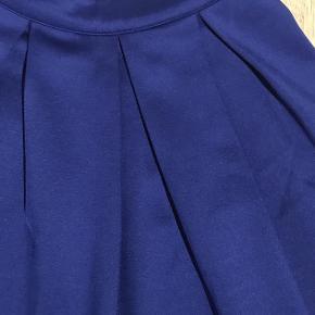 Varetype: Nederdel i skøn farve Farve: Blå  Kort velholdt smart nederdel  Sender med DAO  Giver gerne mængderabat ;-)