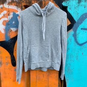 Sweatshirt fra H&M i størrelse M ☀️ . Har brugsspor i form af 'fnulder', men ikke pletter.  Nypris: 250 kroner 💸
