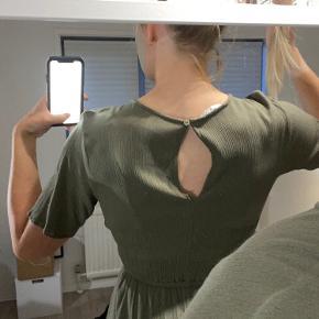 Fin kjole fra only i str. 36. Brugt få gange. Lille åbning ved ryggen, men kan laves. Ses ikke rigtig. Køber betaler fragt - sender hver dag. 🕊