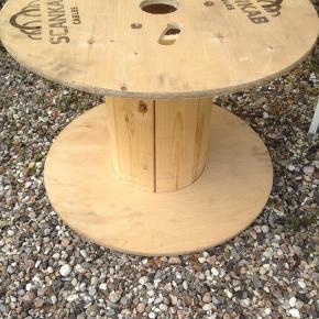 Kabeltromle/ rundt bord i flot stand.  H 43 Ø 60 cm.