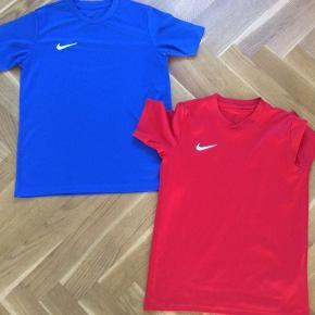 To t-shirts i dri-fit sælges samlet. Enkelte små udtrækninger er ellers som nye. Nikes juniorstørrelse L, som er 147-158 cm.