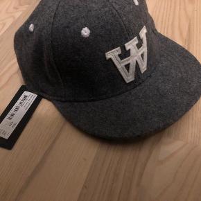 Aldrig brugt Wood Wood cap, i lysegrå. Nypris var 400 kr. Skriv for interesse!
