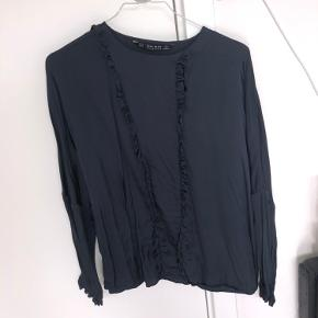 Super fin skjorte bluse fra zara basic collection. Flæser foran