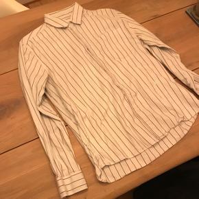 Fin Soulland skjorte i off White med røde striber :)Nypris: 1200kr Kan sendes på købers regning:)