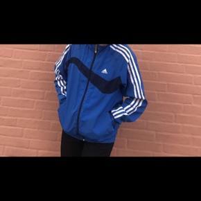 Jeg sælger denne her Adidas jacket overdel, den er max brugt 5 gange. Np. 250 kr Mp. 80 kr.
