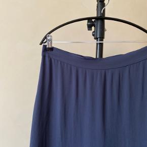 Nr 70  Rigtig fin tynd nederdel fra & Other Stories, med kortere underskørt. Aldrig brugt. Farven er støvet dueblå og materialet er 100% Viscose.  Byd endelig - og husk at tjekke mine andre annoncer igennem 😉  Vi kan mødes og handle i København ellers sendes varen med DAO på købers regning 🕊