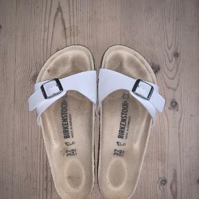 Hvide sandaler.